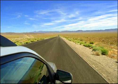 Typický obrázek z US 50: míle rovné a jako všude kvalitní silnice pøed námi, polopouš kolem nás a nádherná obloha.